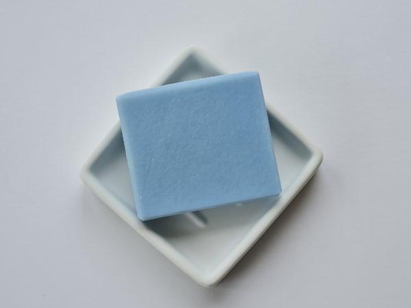 Savon uni bleu fabriqué à la main en France création artisanale