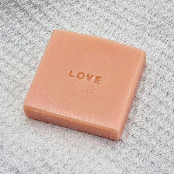 Savon artisanal rose personnalisé Love